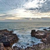 J'avais envie de vous poster une jolie vue de l'océan 💙 trop hâte de pouvoir retourner me promener ! Et à la maison, il y a un surfeur qui n'attend que ça 😅🌊 Belle soirée ☆  #dansmonatelier #vendee #océan #oceanatlantique #photography #photooftheday #view #instaview #instabeach #surf #beach #oceanlife #oceanvibes #oceanlover #oceanlove #oceanphotography #oceanview 📷pinterest